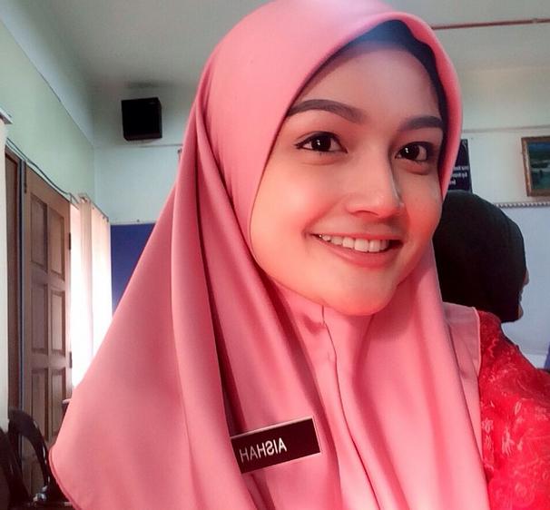 Guru Ini Rela Lepas Jilbab dan Tampil Demi Kontes Kecantikan