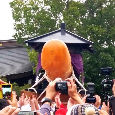 人文研究見聞録:田縣神社の豊年祭の大男茎型(おおおわせがた)を乗せた神輿