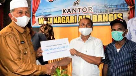 Bupati Pasbar Serahkan BSPI untuk Nelayan Air Bangis dan Parit