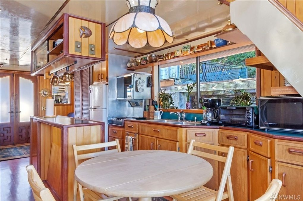 05-Kitchen-and-Dining-Area-Architecture-with-the-House-Boat-on-an-Island-www-designstack-co