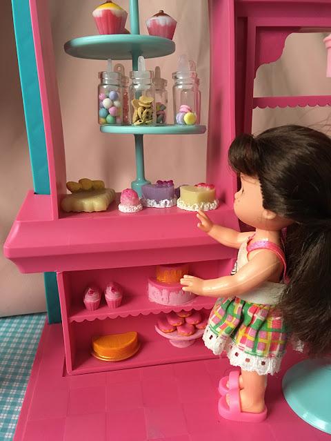 boneca Kelly (Melissinha) na confeitaria da Barbie