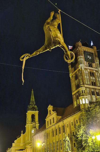 Wiszące rzeźby w Toruniu