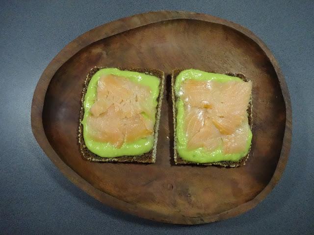 Kanapki z pastą z gruszki i avokado, do tego łosoś