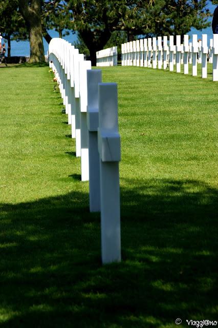 Allineamento delle croci del Cimitero Americano in Normandia