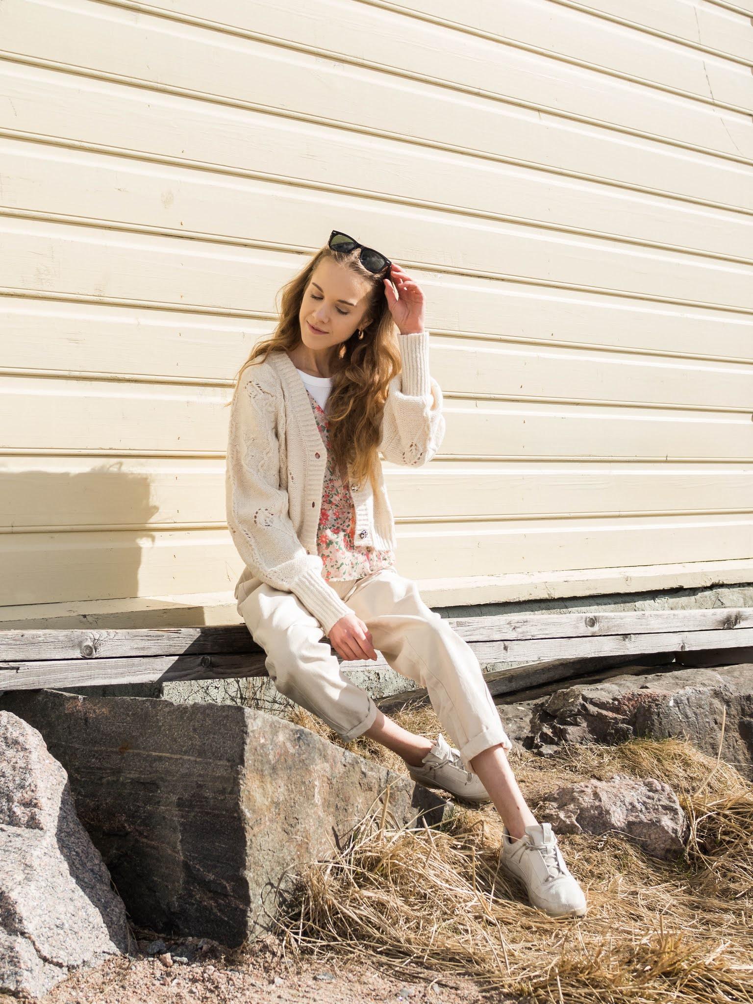 Kevätasu kukkapaidan, valkoisten farkkujen ja neuletakin kanssa // Outfit with floral top, white jeans and cardigan