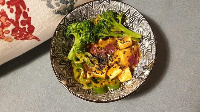 Bowl de verduras y tofu al curry