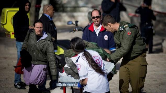 Rescatando a heridos del ataque en Jerusalém