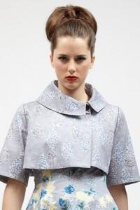 Dieser adrette Stil ist perfekt für Bräute oder Brautjungfern. Die extra Höhe hinten sorgt für einen femininen Look von vorne.