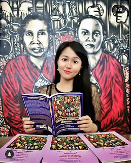 Seruni berfoto dengan buku karyanya berjudul Perempuan-perempuan menggugat