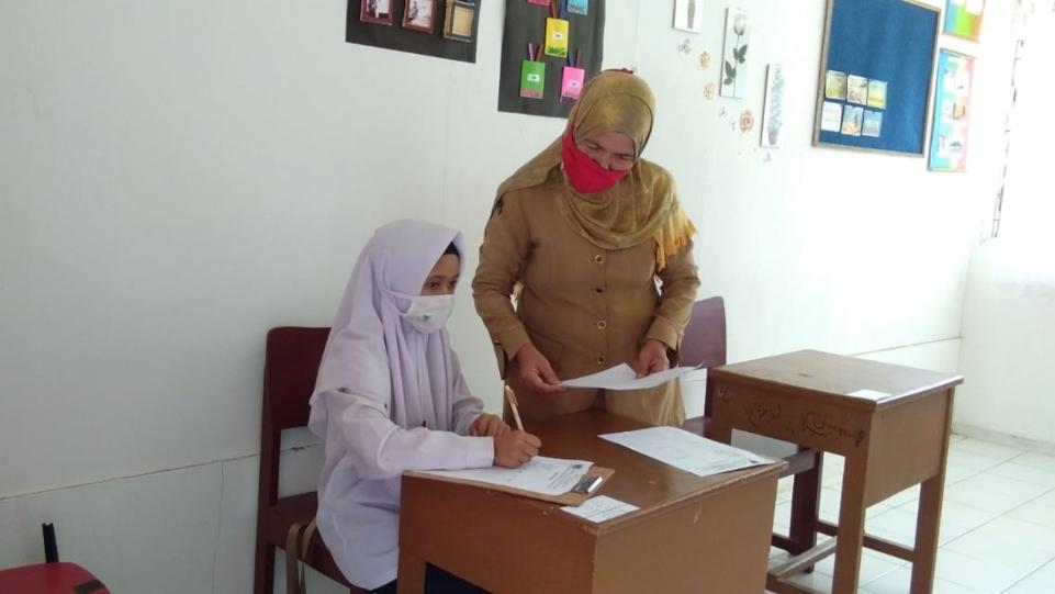 Dra. Lifya, Guru SLB Negeri 1 Padang saat mengawasi siswa sedang Ujian Akhir Satuan Pendidikan. (Dok. Istimewa)