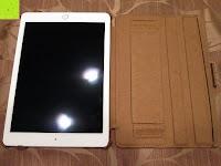 mit iPad ausgeklappt: Leicke MANNA Schutzhülle Apple iPad Air 2 braun