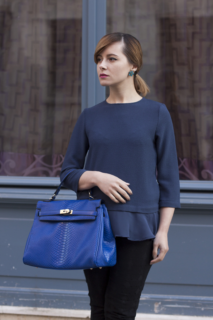 how to wear a blue bag