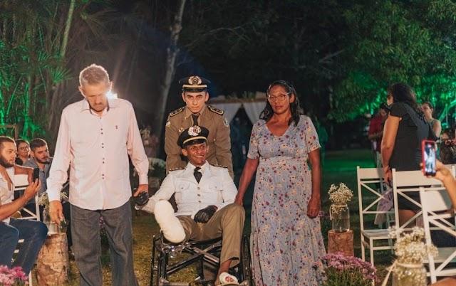 Noivo é atropelado antes do casamento, faz cirurgia e sobe ao altar em cadeira de rodas