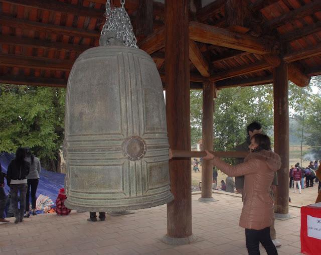 Du khách thỉnh chuông chùa Đà Quận.