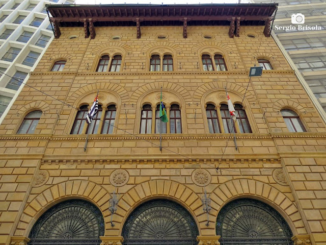 Vista ampla da fachada do antigo Banco Francês-Italiano - Centro - São Paulo
