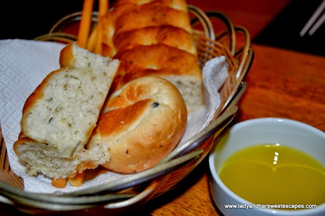 complimentary bread at Scoozi in Dubai Mall