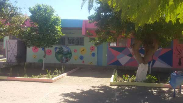اليوسفية: ريشة الفنان حسن أبو حفص تبدع في تزيين فضاء مدرسة عبد الله الشفشاوني