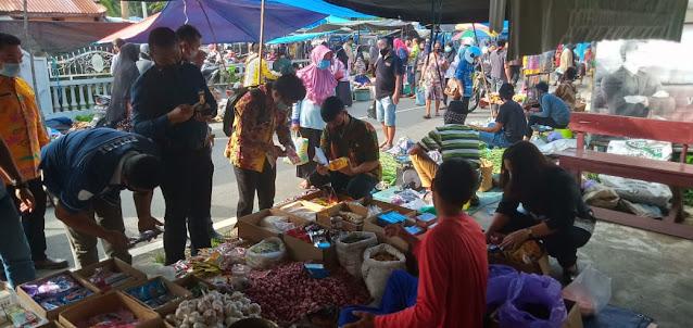 Tim Disperindagkop Pulpis Sisir Mamin Kedaluwarsa di Pasar Kamis