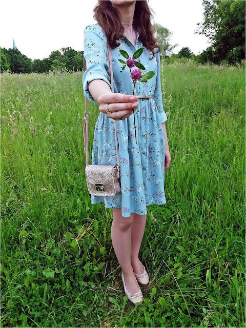 Z kwiatem koniczyny, sukienka w kwiaty Pepco, różowe baleriny Biedronka, brokatowa torebka
