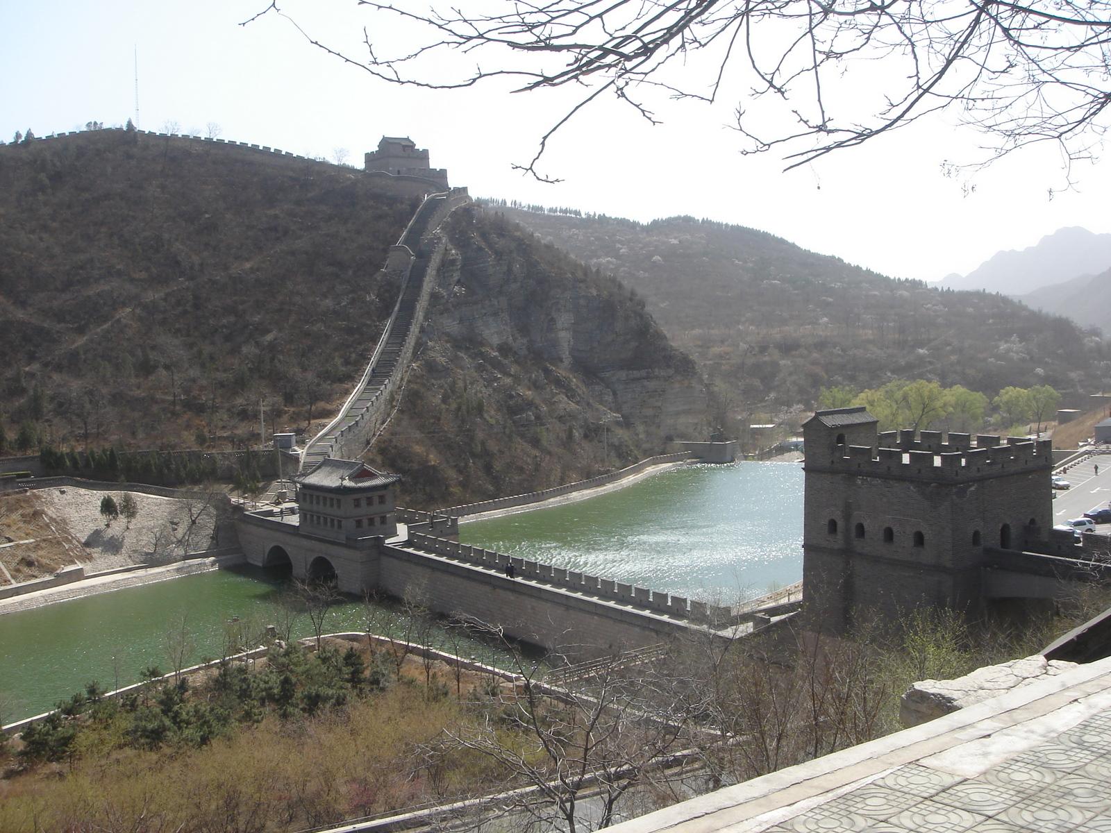 Trecho da Grande Muralha da China que passa sobre um rio