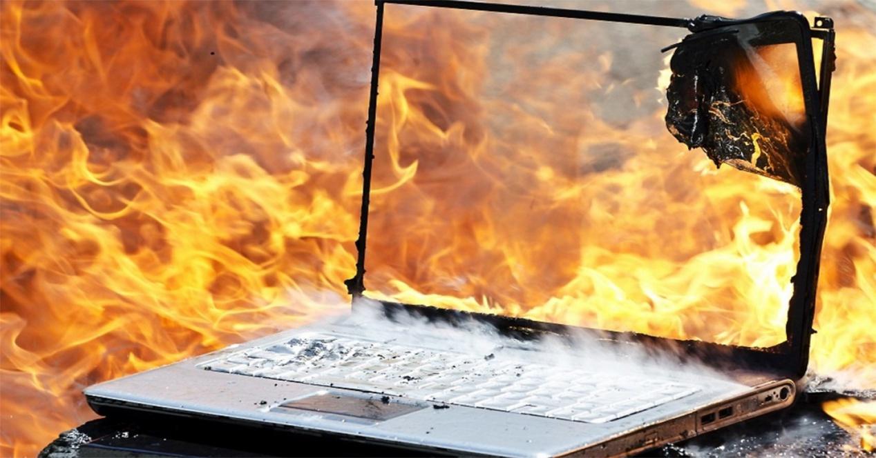 Suara keras dari mesin komputer kasir berdengung mau meledak