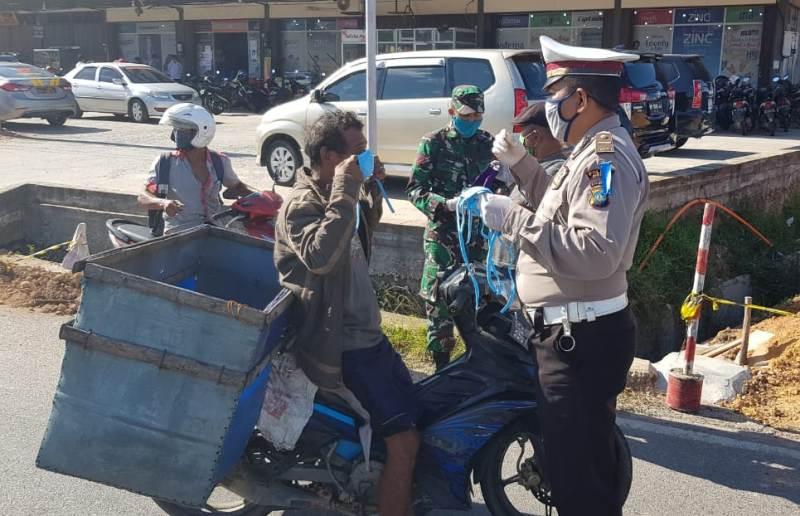 Gabungan TNI-Polri Bersama Pemerintah Melakukan Wajib Masker Kepada Masyarakat Serta Pembagian Masker