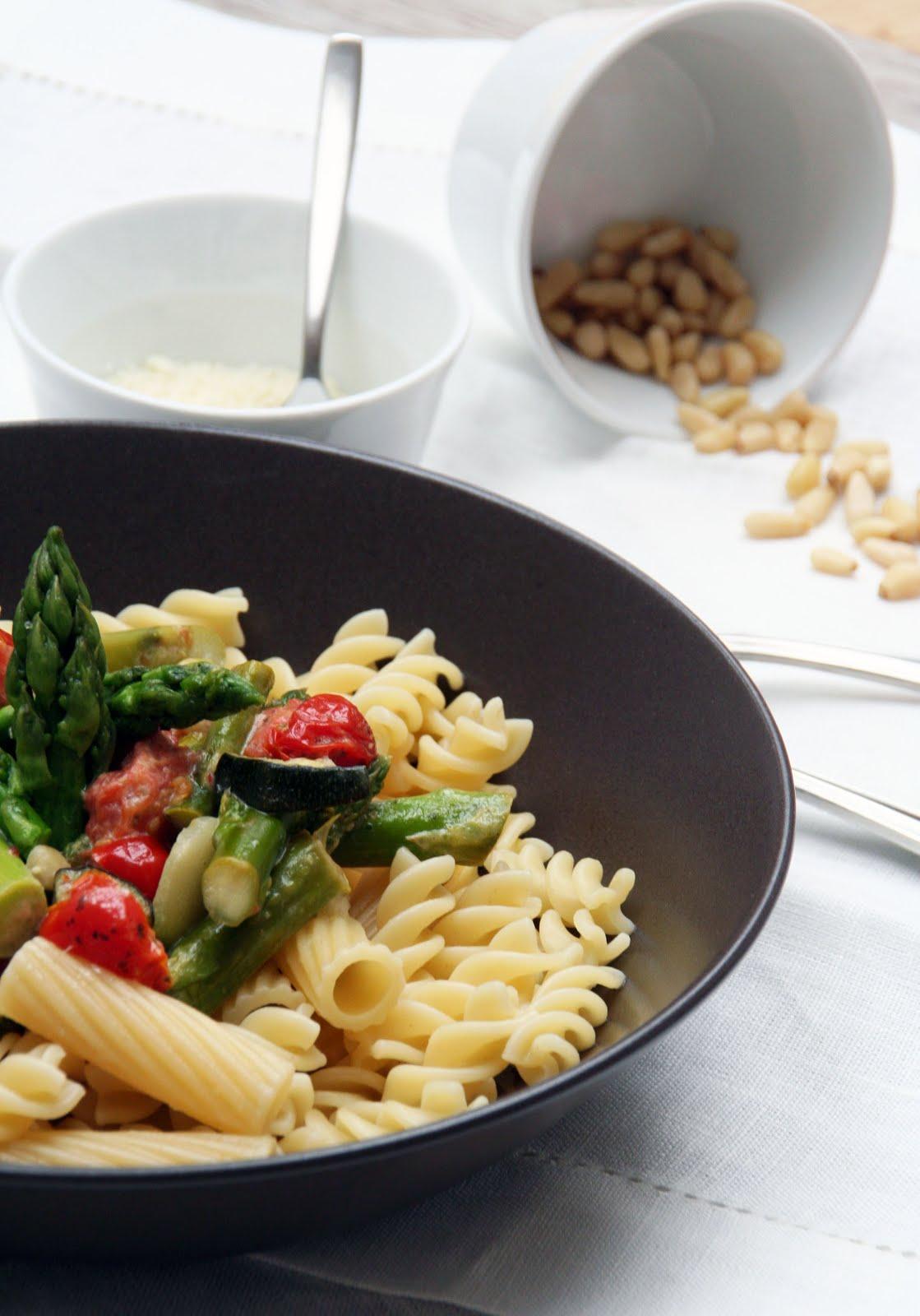 ninamanie pasta mit gr nem spargel und tomaten. Black Bedroom Furniture Sets. Home Design Ideas