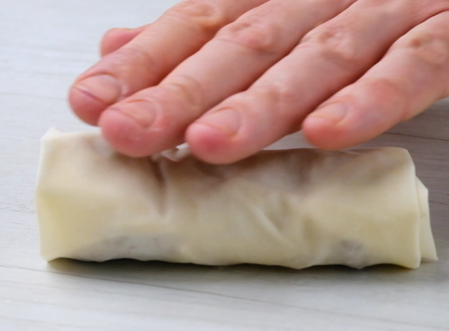 roll to make egg roll