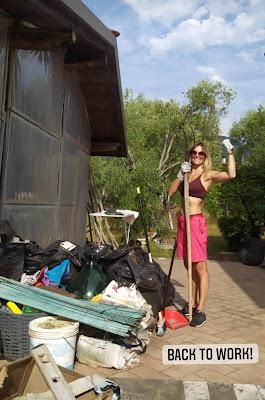 Francesca Fialdini con la vanga lavori fai da te casa giardino