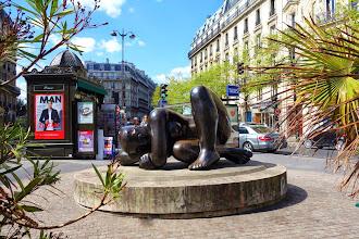 Paris : La sculpture Harmonie de Volti - place Theodor-Herzl - IIIème
