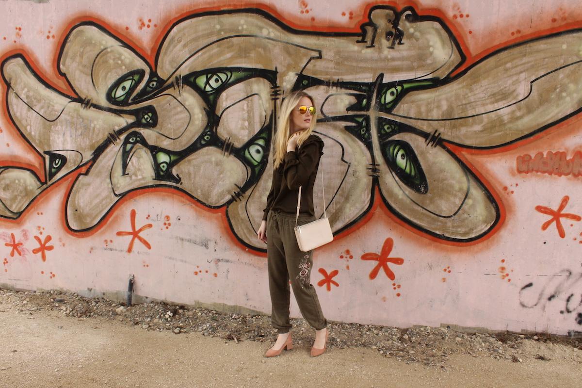 Outfit Fashionblogger Look Volants Volantbluse Stickerei bestickte Hose Khaki www.theblondelion.com