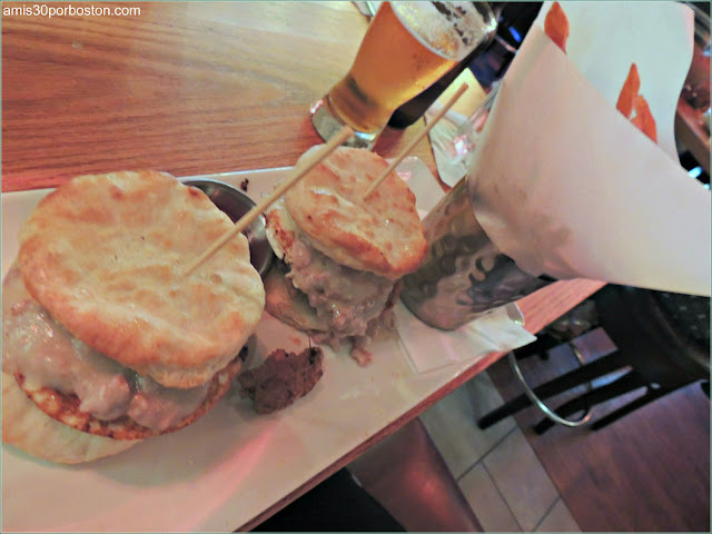 Hamburguesa Biscuits & Gravy Brunch de Plan B Burger Bar Penn Quater en Washington D.C.