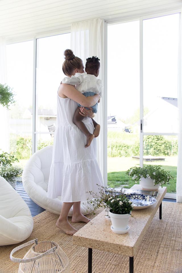 Villa H, äiti ja tytär, adoptio, terassi