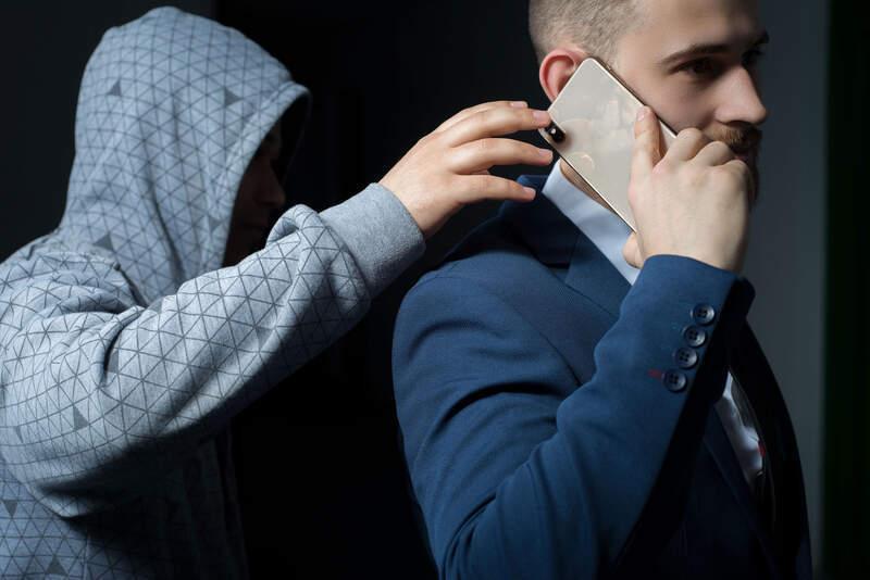 """Os crescentes casos de roubos de smartphones abrem cada vez mais portas para o golpe conhecido como """"limpa-contas"""", onde os criminosos conseguem acessar os dados pessoais e invadir aplicativos e contas bancárias mesmo com senhas, reconhecimento facial e biometria, burlando até mesmo a complexidade dos sistemas de segurança dos celulares."""