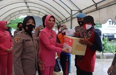 Puluhan Petugas Kebersihan Di Banda Aceh, Terima Paket Sembako Dari Ketua PD Bhayangkari Aceh Dan Polwan Polda Aceh