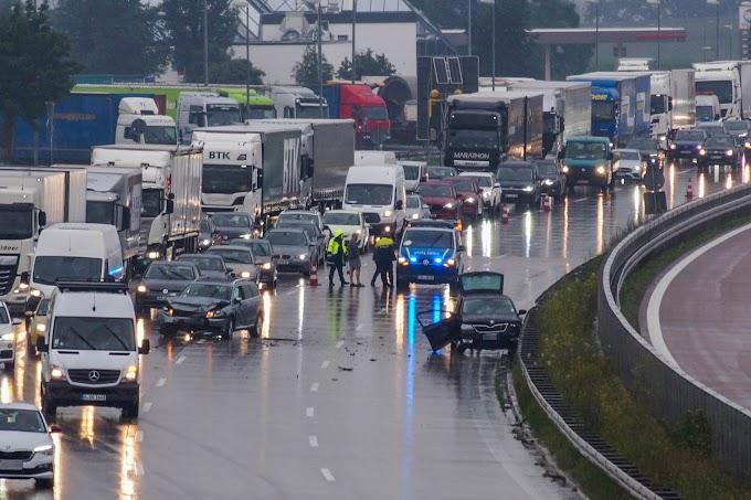 Dauerregen: Autos stoßen auf Autobahn 9 bei Köckern zusammen
