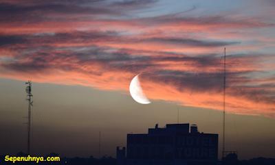 """""""Puisi: Bulan Pada Suatu Senja (Karya Aldian Aripin)"""""""