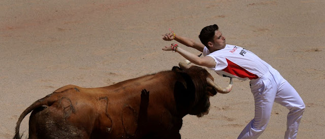 Homem morre e 2 ficam feridos em corridas de touros