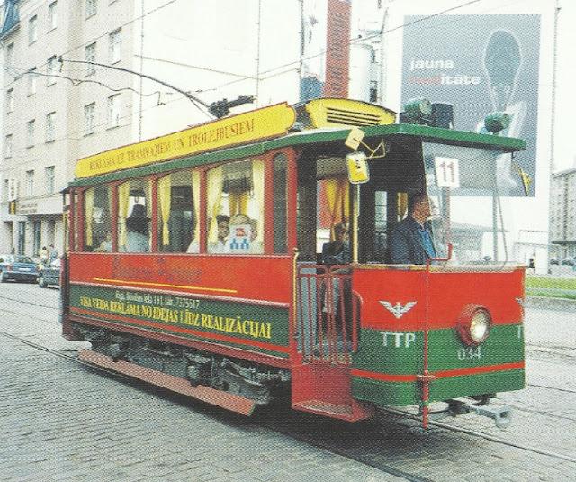 Начало 2000-х гг. Ретро-трамвай в обновлённом цвете на улицах города.
