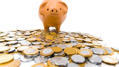 porquinho andando sobre moedas