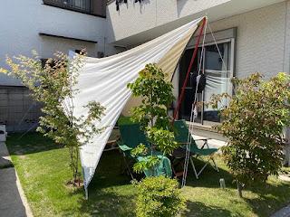 外出自粛で家キャンプ 庭にタープを張る