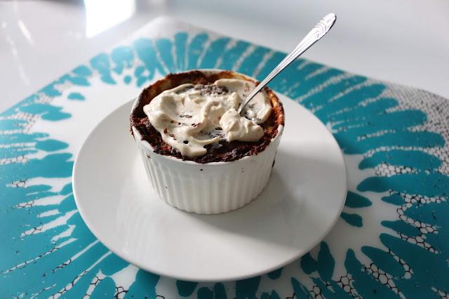 Czekoladowo-jogurtowe ciasto z gruszką i mascarpone