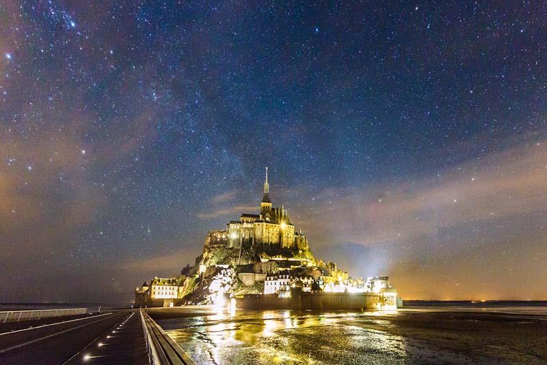 Increíble imagen de larga presentación de la Vía Láctea encima de la isla Monte Saint-Michel