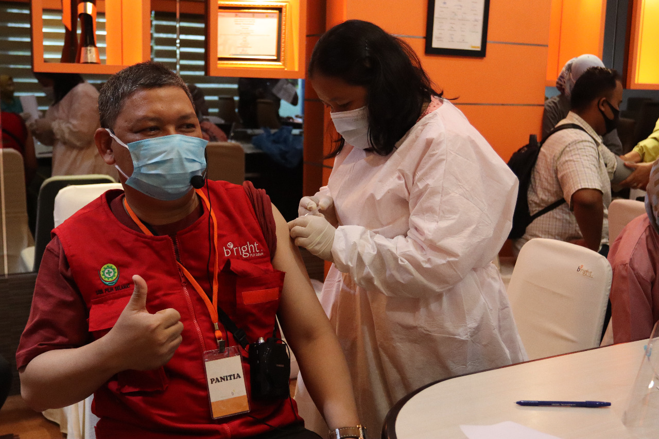 Ditinjau Rudi, Bright PLN Batam Melakukan Vaksinasi Covid-19 Tahap ke Dua Bagi Karyawannya