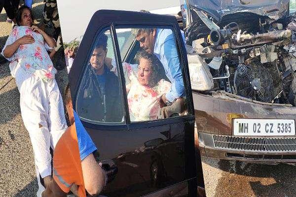 ट्रक से टकराई शबाना आजमी की कार, गंभीर हालत में हॉस्पिटल में किया एडमिट