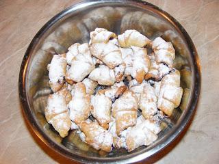 retete dulciuri si deserturi de casa reteta cornulete fragede cu gem,
