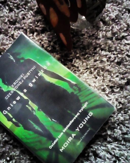 """""""Kroniki Czerwonej Pustyni: Gniewna Gwiazda"""" Moira Young"""
