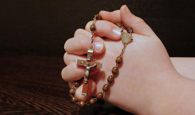 Niña rezando rosario