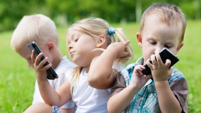 Usia Berapa Anak Boleh Punya HP Sendiri