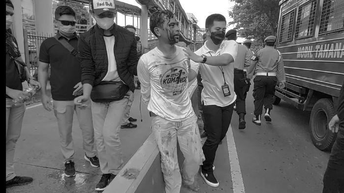 Penampakan Pria Berkaus 'Komando Habib Rizieq' dengan Kepala Berlumuran Darah Diamankan Polisi